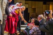 По завершении публичной лекции Его Святейшество Далай-лама пожимает руки слушателям. Мальмё, Швеция. 12 сентября 2018 г. Фото: Малин Килстрем/IM.