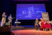 Его Святейшество Далай-лама слушает музыкальное подношение Лисы Экдаль, организованное перед началом публичной лекции. Мальмё, Швеция. 12 сентября 2018 г. Фото: Малин Килстрем/IM.