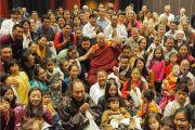 По завершении встречи с тибетцами, живущими в скандинавских странах, и членами групп поддержки Тибета Его Святейшество Далай-лама позирует для групповых фотографий. Мальмё, Швеция. 13 сентября 2018 г. Фото: Джереми Рассел.