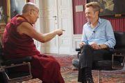 Его Святейшество Далай-лама дает интервью ведущему ток-шоу на скандинавском телевидении Фредрику Скавлану. Мальмё, Швеция. 13 сентября 2018 г. Фото: Джереми Рассел.