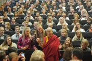 По завершении лекции в университете Мальмё Его Святейшество Далай-лама фотографируется со слушателями. Мальмё, Швеция. 13 сентября 2018 г. Фото: Джереми Рассел.