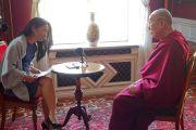 Джоанна Солдерт из новостного журнала «DI-Weekend» берет интервью у Его Святейшества Далай-ламы. Мальмё, Швеция. 13 сентября 2018 г. Фото: Джереми Рассел.