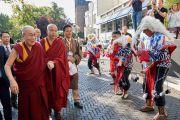 Дээрхийн Гэгээнтэн Далай Ламыг хүрэлцэн ирэхэд уламжлалт заншлын дагуу угтан авч байгаа нь. Нидерланд, Роттердам. 2018.09.14. Гэрэл зургийг Оливер Адам
