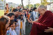 Дээрхийн Гэгээнтэн Далай Лам зочид буудалдаа ирэх үеэр төвөд хүүхэдтэй тоглож байгаа нь. Нидерланд, Роттердам. 2018.09.14. Гэрэл зургийг Оливер Адам